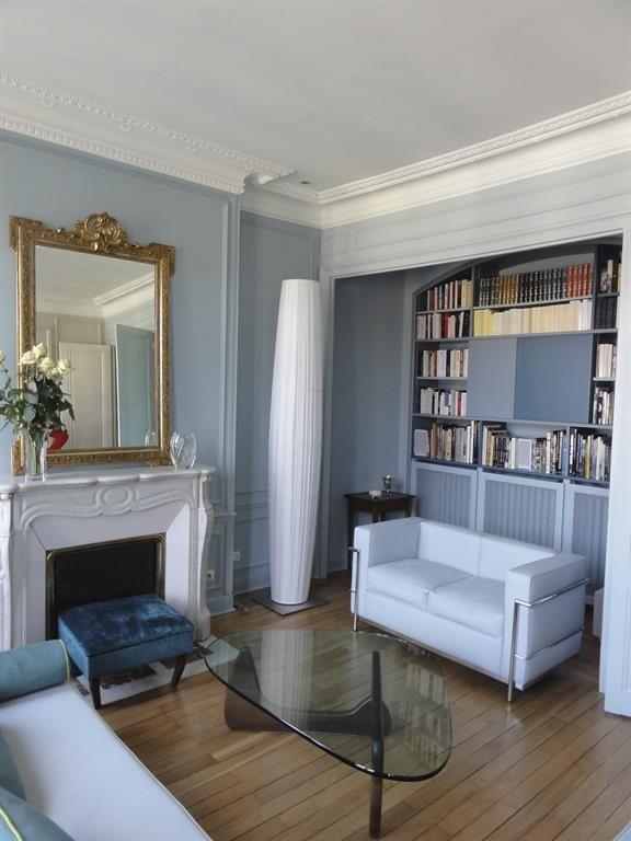 Grey blue haussmannian living room with a fireplace salon bleu gris haussmannien avec