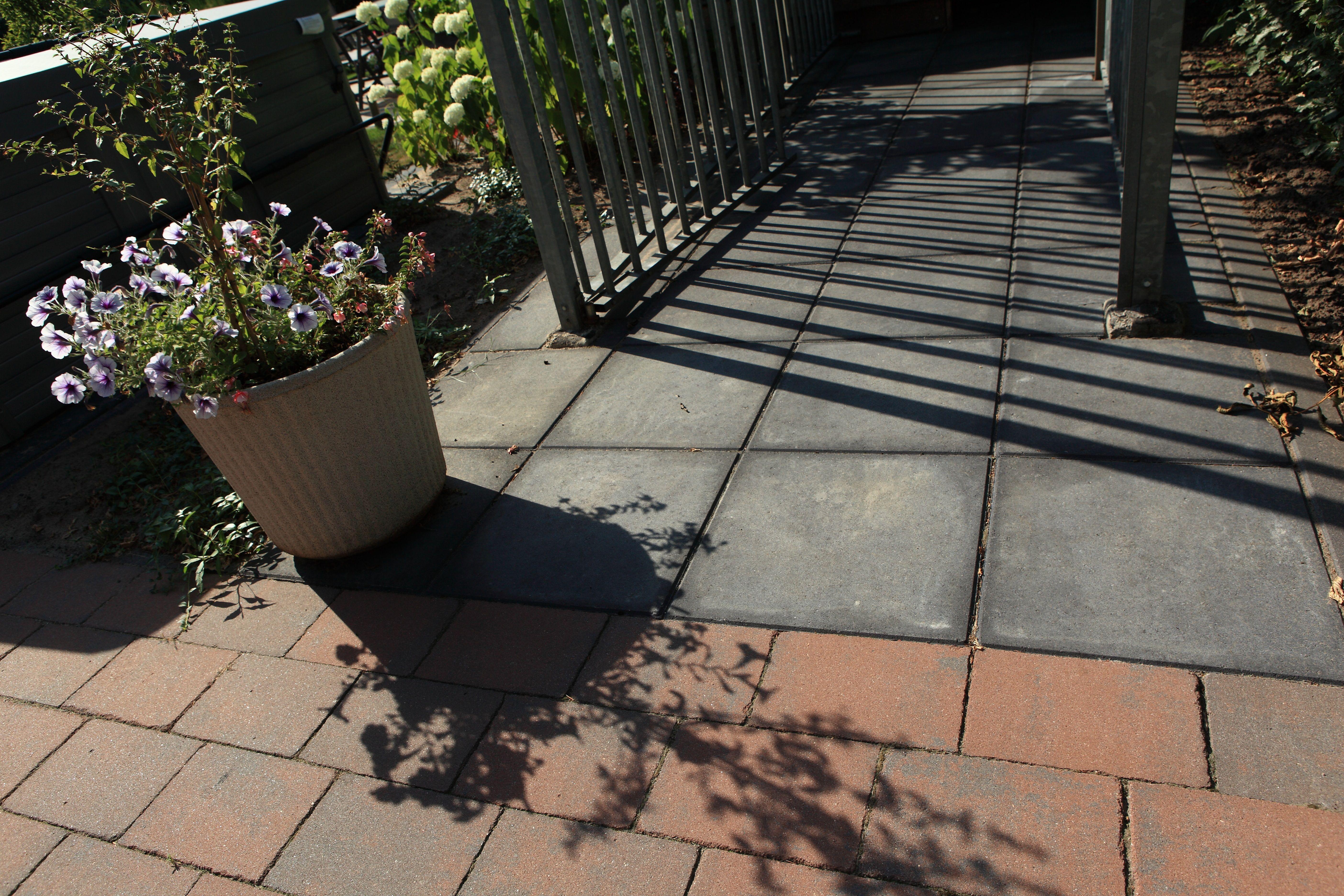 Misschien wel de grondlegger van sierbestrating, de betontegel, betontegels zijn maatvast, tijdloos, eenvoudig en op heel veel plaatsen bruikbaar.