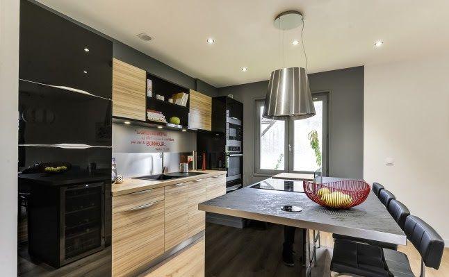 Una mezcla de texturas fuerte para un apartamento de soltero - häcker küchen systemat