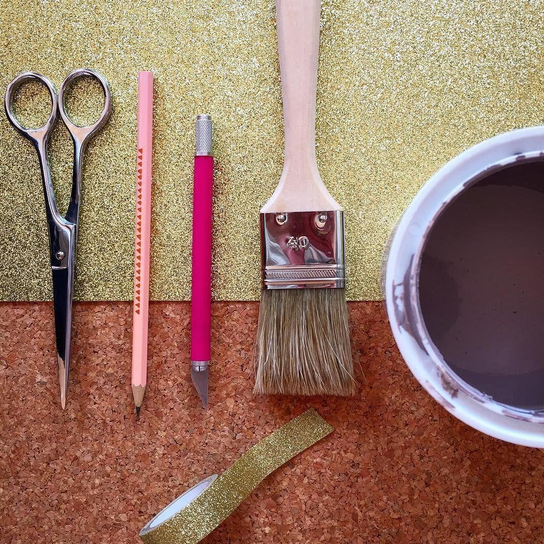 Top #mercredi pluvieux mercredi #créatif ! Je vous prépare un z'#atelier #diy spécial #kids !  Goooooo j'attaque ! A tout à l'heure pour le résultat kiss les z'etoiles du mercredi.  #liege #peinture #pinceau #glitter #washitape #doityourself #diyproject #crea #handmade #instadiy #happydiy #diyideas #craftwork #cork #painting #brush. by latetedansleszetoiles