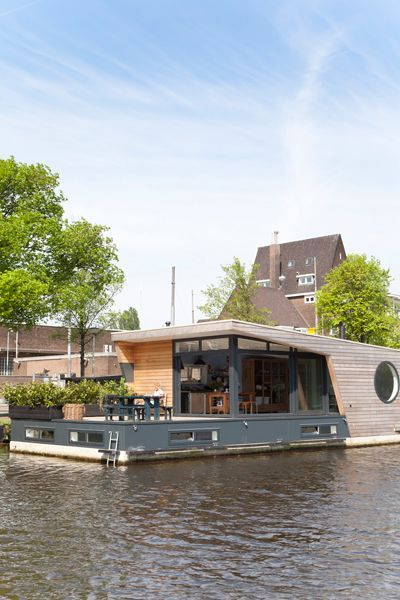 Schwimmendes Zuhause Ein Paar Hat Sein Haus Nicht Auf Festem Grund Bauen Lassen Es Geniesst Das Wohnen Auf Einem Selbe House Boat Water House Floating House