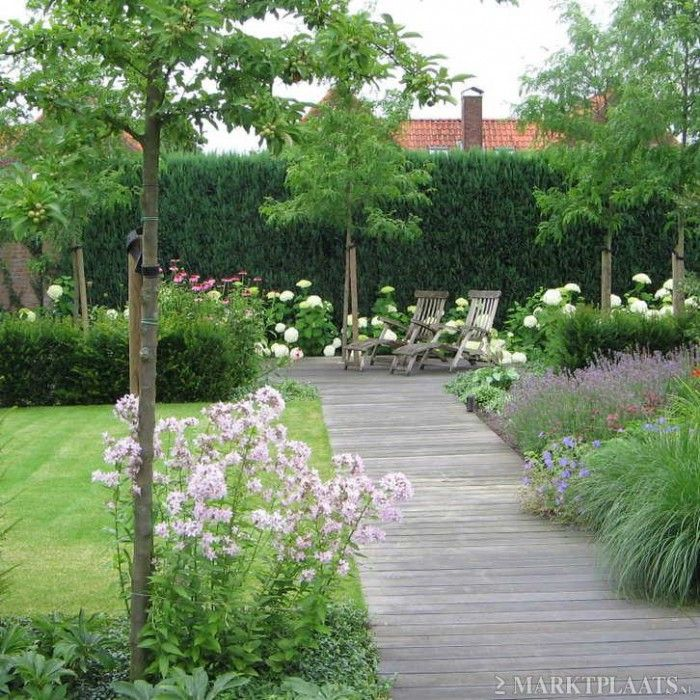 Einde tuin met coniferen en wat bomen mooi schutting aan einde is lelijk tuin voorbeelden - Moderne tuin ingang ...