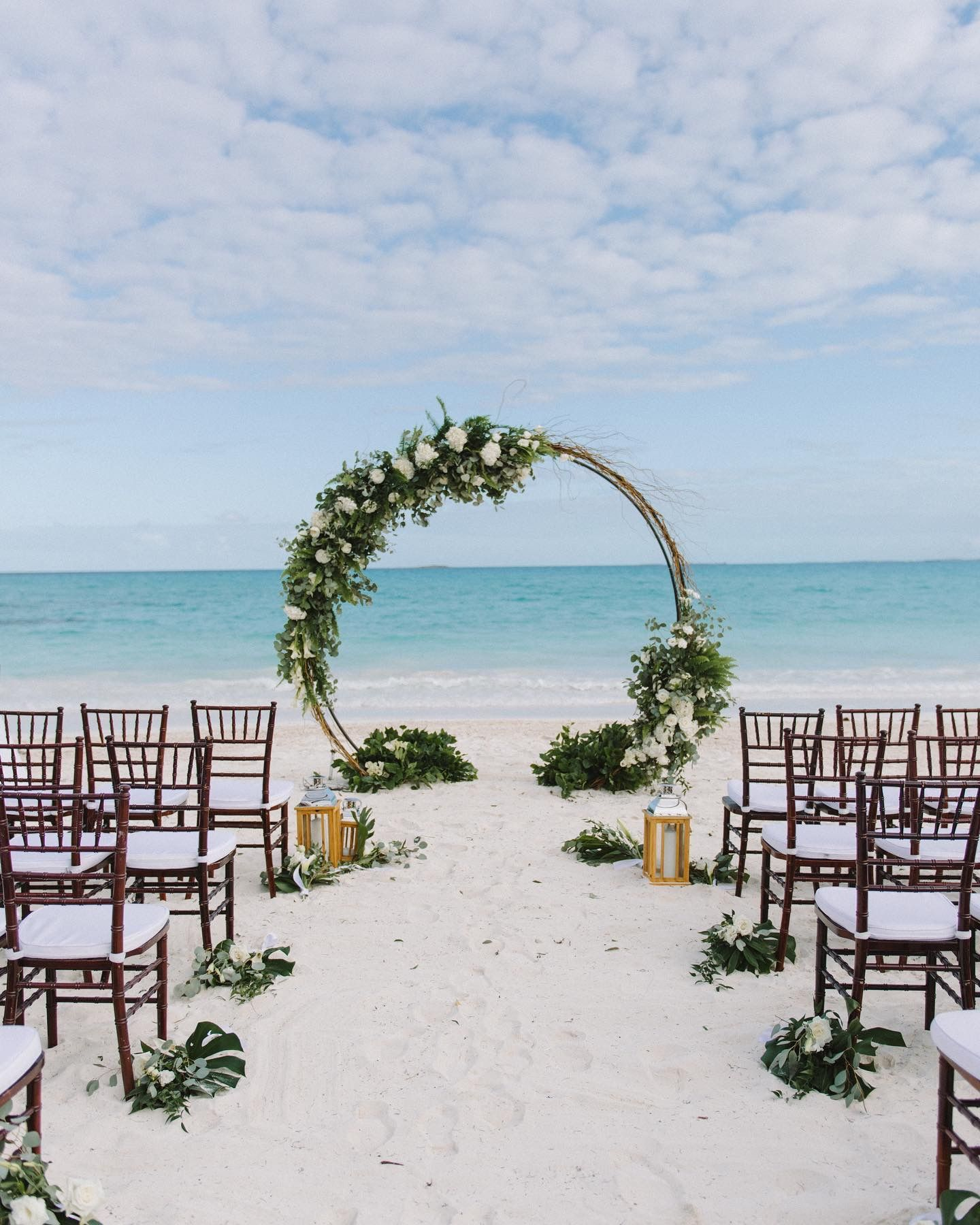 Chic Beach Wedding In Bahamas In 2020 Destination Wedding Decor Bahamas Wedding Luxury Wedding Planner