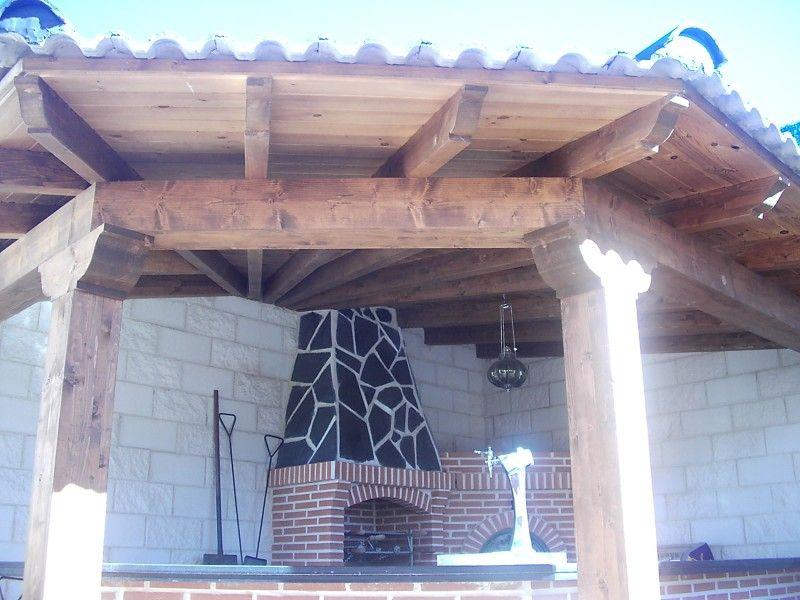 De carambuco en esquina con tejado y vigas de madera y for Vigas de madera para jardin