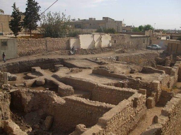 Mardin Muzesi - 1942Mor Yakup Kilisesinde kazı çalışmaları, 2000 yılında kilise binası girişlerinin de yer aldığı batı alanda başlatılmıştır. Yaklaşık 0.30 m ve 0.50 m arasında toprak dolgu kaldırılarak ince traşlı kalker taşlarından oluşturulmuş bir zemin ve bu zemin üzerinde yer alan sütun altıkları açığa çıkarılmıştır. Kilise binasının girişinin hemen önünde yer alan bu zemin ve sütun altıkları,