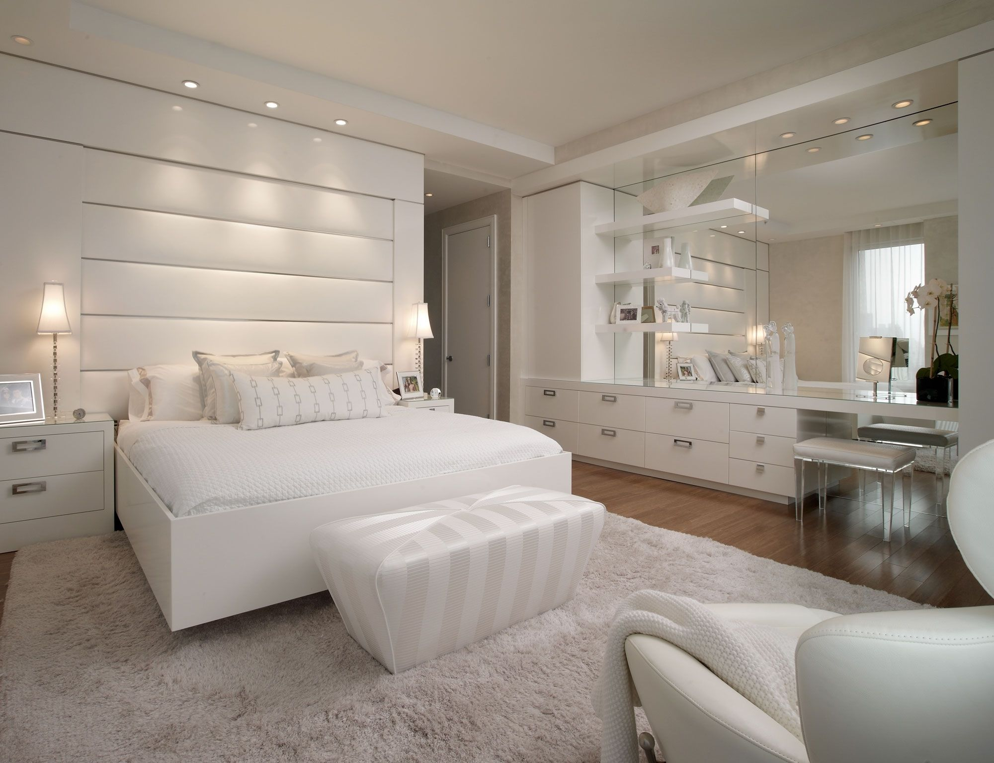 15 Awesome Designs Of How To Makeover All White Modern Bedroom Glamourous Bedroom Woman Bedroom White Master Bedroom