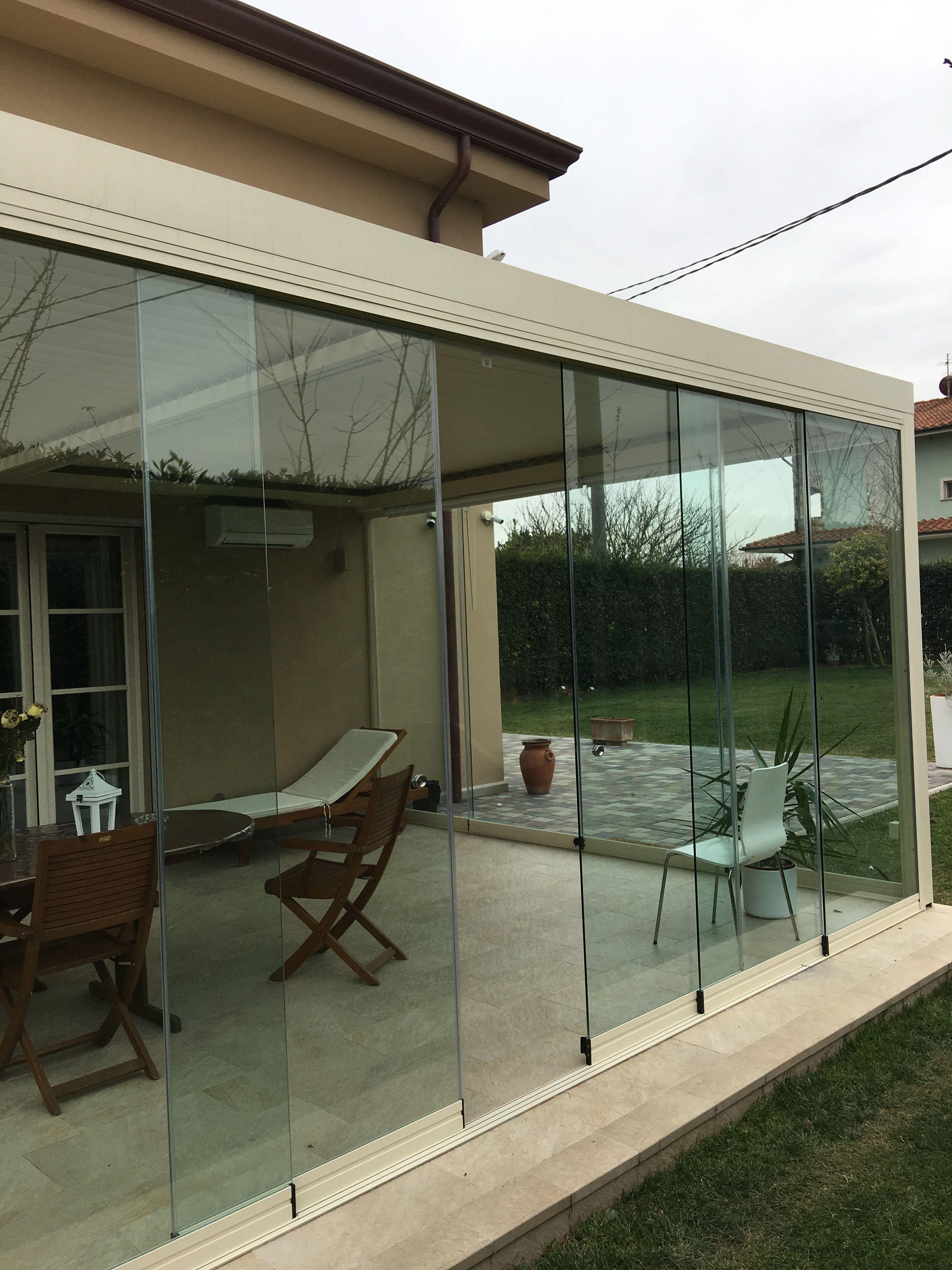 Veranda bioclimatica con vetrata panoramica tutto vetro for Vetrate case moderne