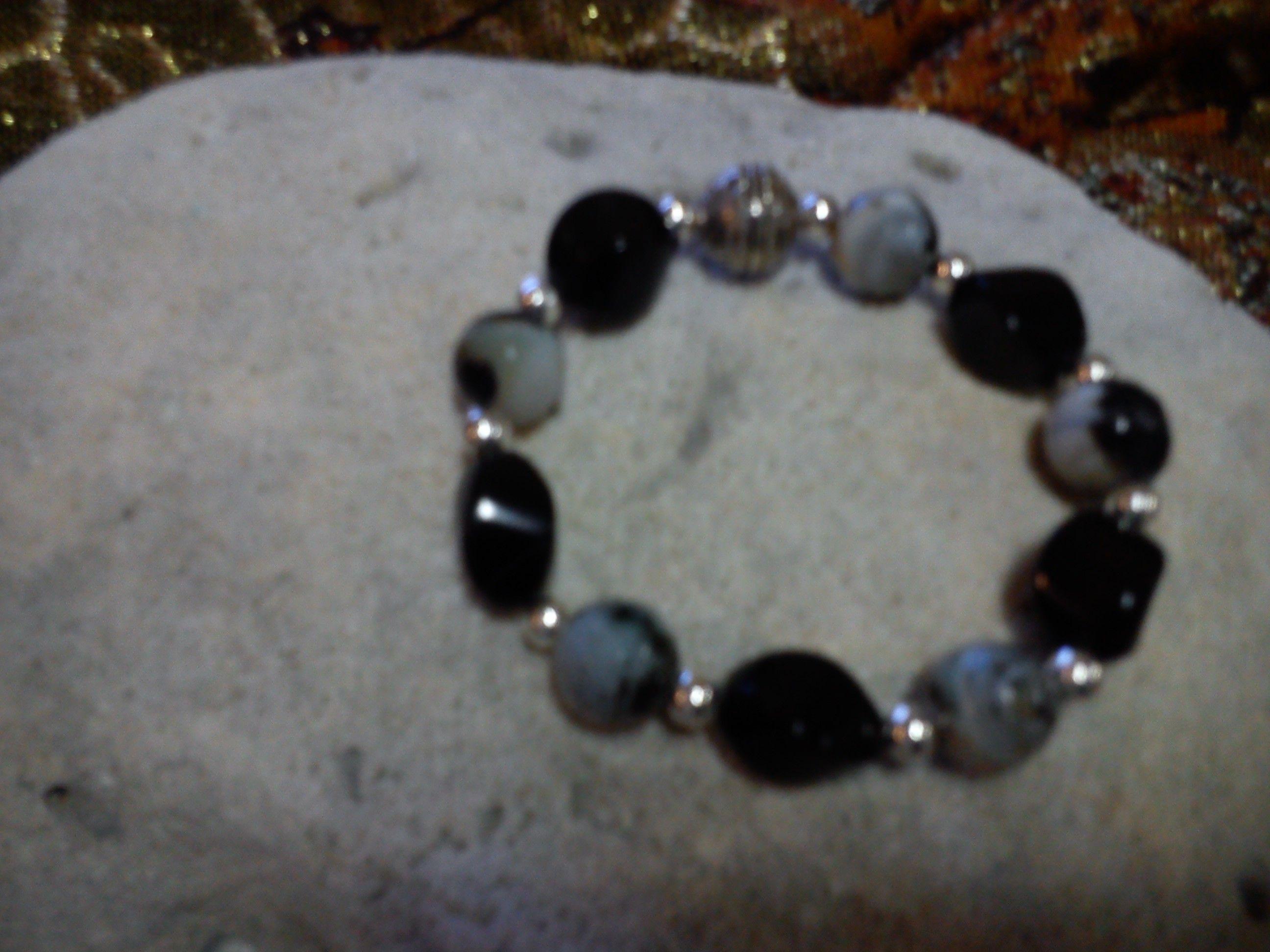 230ec558ad67 Pulsera de piedras negras con detalles metálicos color plata ...
