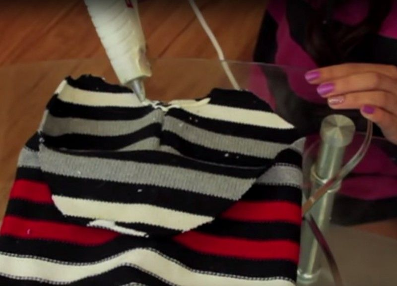 Photo of Ecco cosa si può ottenere tagliando un vecchio maglione e senza cucire