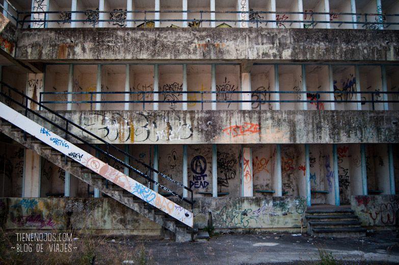 Colmena de vestuarios en las piscinas abandonadas for Piscina abandonada rubi