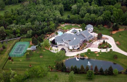 What Is Eminem S Suburban Michigan Mansion Worth Today Mansions Celebrity Houses Celebrity Mansions