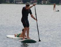 Jede Menge Spaß macht das Stand Up Paddeln bei einem Urlaub am See. :)