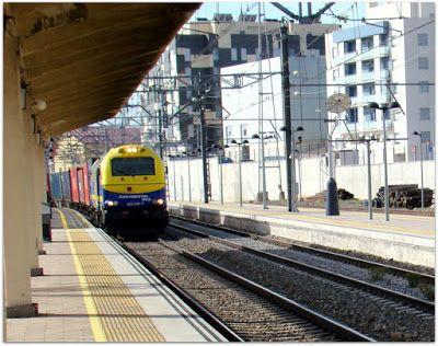 Estación de Ávila. Imágenes tomadas en septiembre de 2015. Locomotora 335 Continental Rail, a la cabeza de portacontenedores.