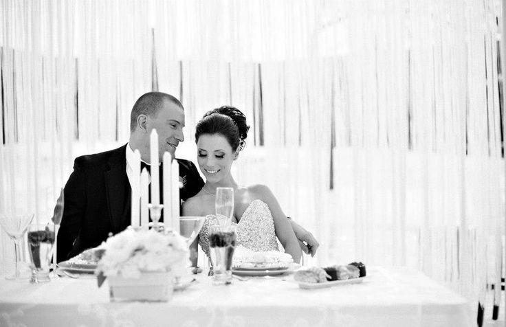 A mesa dos noivos é uma oportunidade gostosa para quem quer passar uns minutinhos a dois durante a recepção. Essa mesa merece uma decoração especial.