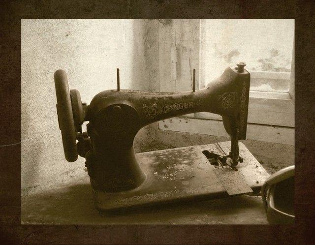 Photo : La vieille couturière,  Vie quotidienne, Bretagne, Objet, Sépia, monochrome, Perret. Toutes les photos de géraldine deveau sur L'Internaute