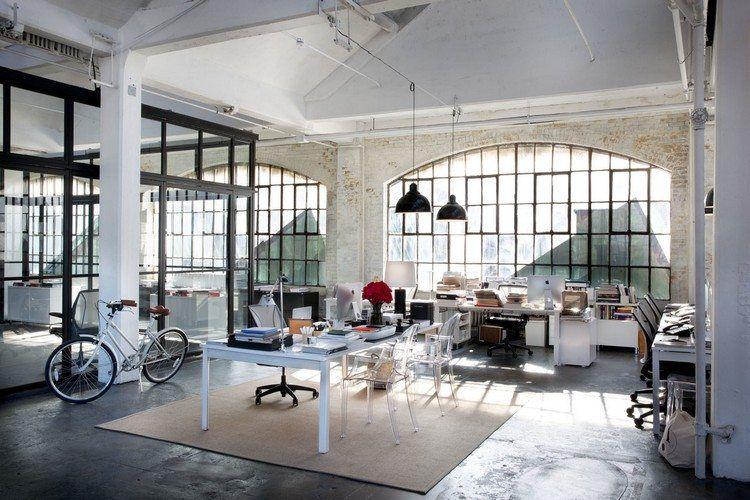 décoration bureau de style industriel, tapis beige, meubles blancs ...