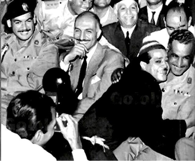 شكوكو يحتضن جمال عبد الناصر و يجلس علي يمينه في الصورة جمال سالم و