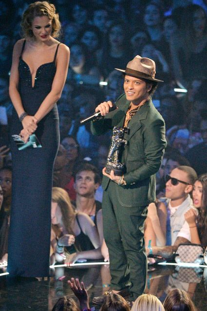 Taylor Swift Standing Next To Bruno Mars : taylor, swift, standing, bruno, Bruno, Standing, People, Cantores,, Mars,, Fotos