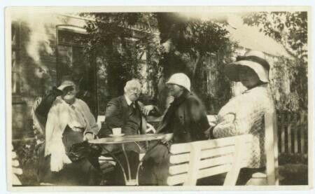 Karl og Thora Madsen i haven ved Brøndum Hotel, Skagen hos Anna Ancher og datteren Helga