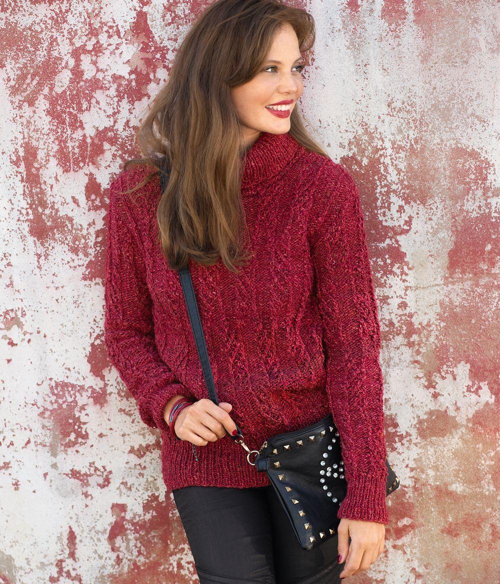 Укороченный свитер с крупным узором спицами