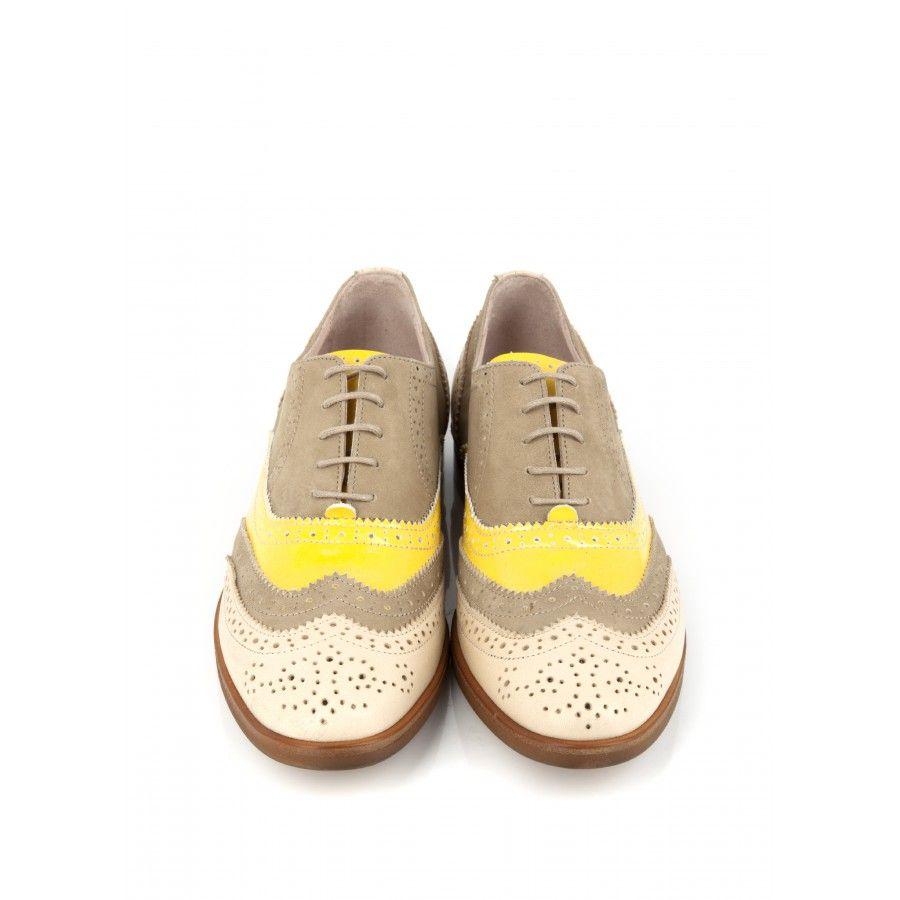 Derby en cuir beige, jaune et taupe Perforations à l'anglaise Bout golf  Talon plat en stack Languette en cuir vernis jaune Fermeture à lacets  Intérieur et ...
