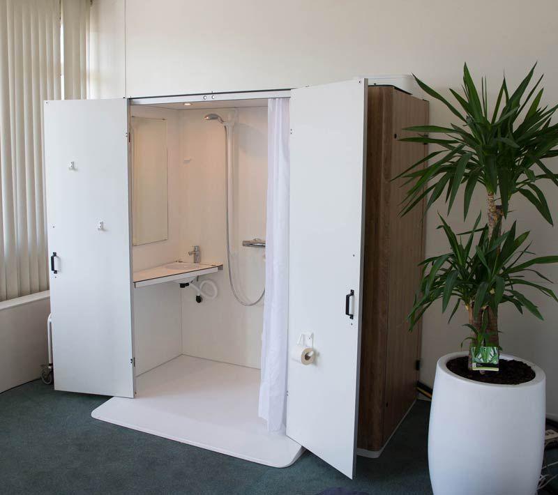 De badkamer komt uit de kast. De KipCareOne lijkt een normale ...