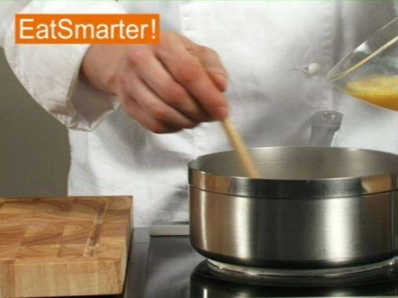 Den Nährstoffgehalt einer Suppe kann man mit verquirlten Eiern erhöhen. Wie das geht sehen Sie hier!