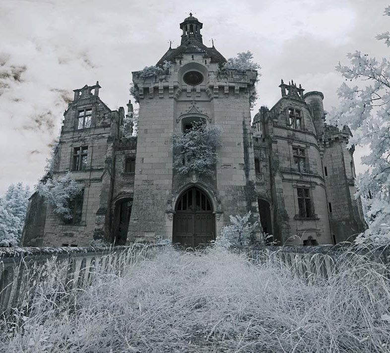 Abandoned castle Château de la Mothe-Chandeniers in Les Trois-Moutiers the Poitou-Charentes region of France. Photograph by Infraredd/Flickr via http://ift.tt/1Ofk7Er #AbandonedEarth by abandonedearth