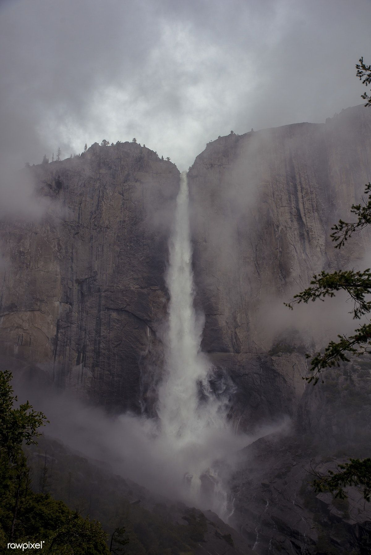 Upper Yosemite Falls in Yosemite National Park, USA free