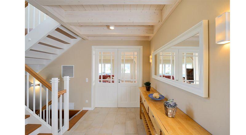 Treppenhaus einfamilienhaus holz  Landhaus-Stil mit viel Holz | Haus Winter | Flur und Treppe ...