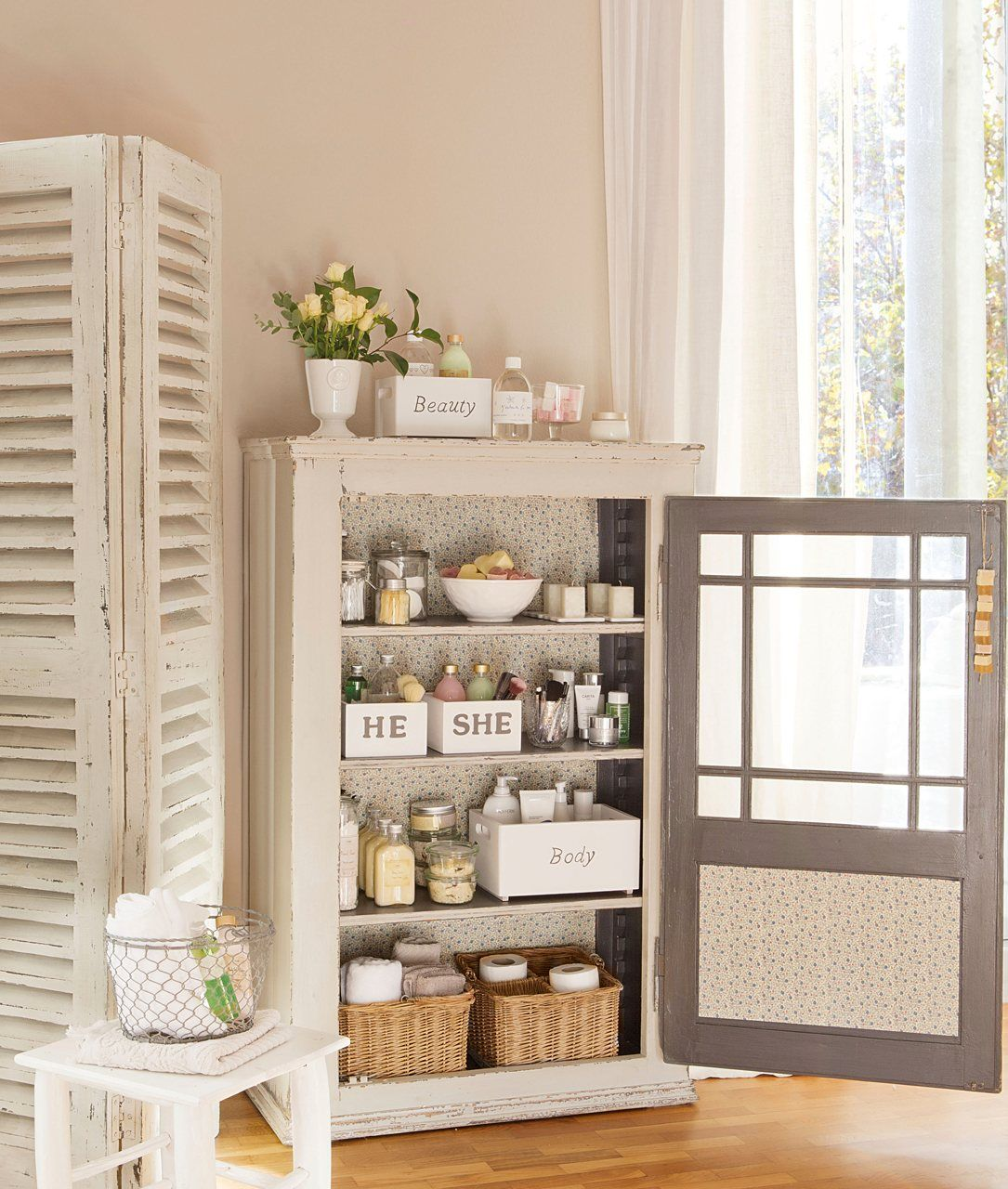 Un peque o armario para el ba o un armario de apenas 30 cm de fondo es suficiente para geles y - Armarios pequenos para banos ...