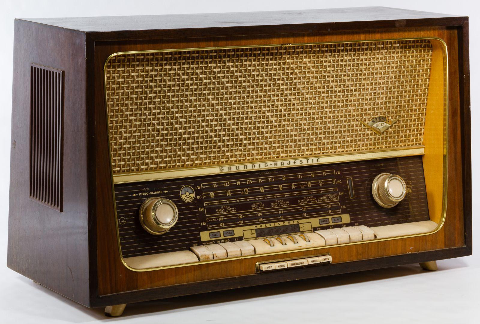 Lot 545 Grundig Majestic Multi Sonic Radio Model 5017u Having Am Fm And Short Wave Radio Tuners And A Mid Century Antique Radio Retro Radios Vintage Radio