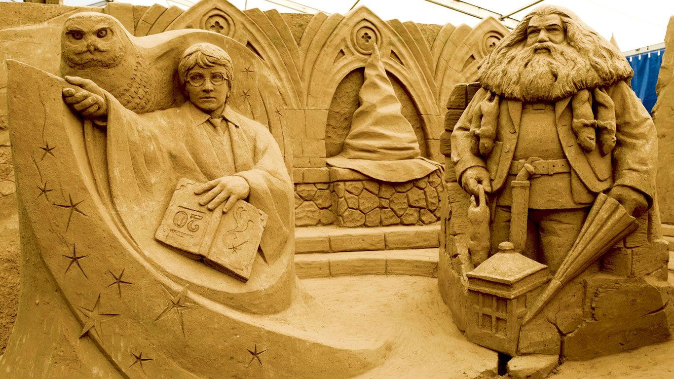 Auch der Shooting Star der Jugendliteratur darf natürlich nicht fehlen, wenn das Sandskulpturenfestival die größten Filmhelden aller Zeiten ehrt. In diesem Jahr findet der Event bereits zum sechsten Mal statt. Das Schloss Hogwarth, in dem Harry Potter Schüler der Zauberei ist, wird hier zur XL-Sandburg.