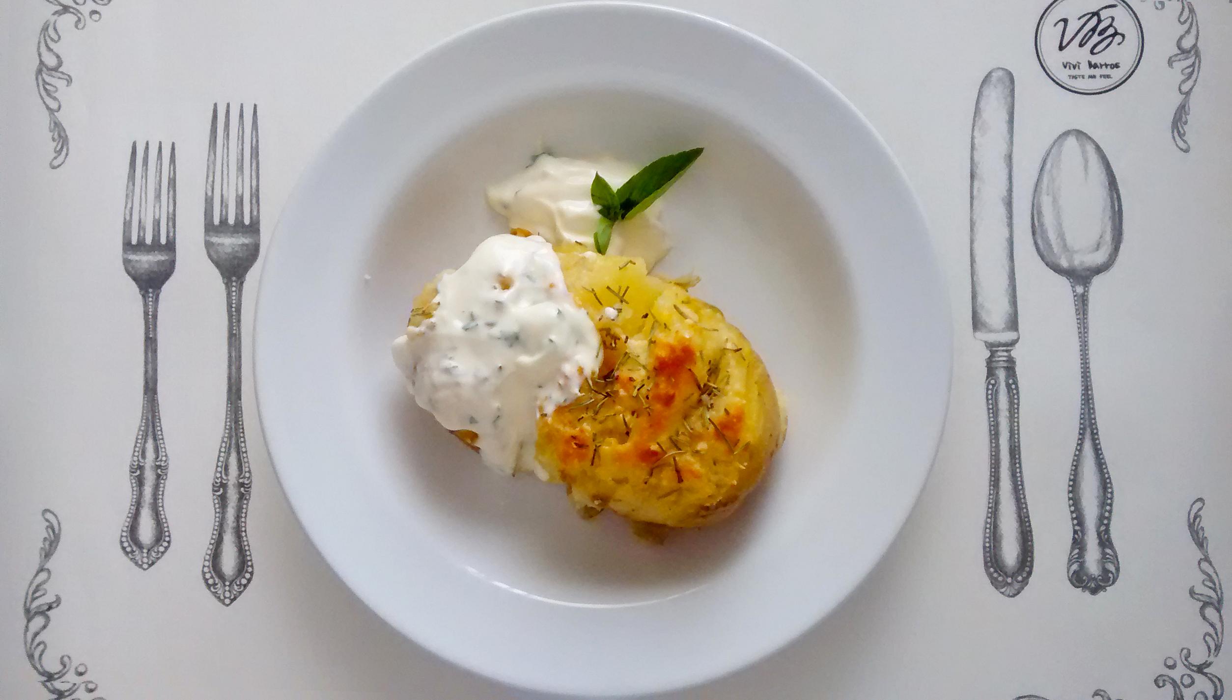 Maneira prática de fazer batatas hasselback http://inspirationbox.com.br/food-do-dia-batatas-hasselback/
