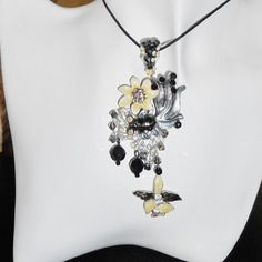 Pendentif fantaisie habillé fleur jaune et noir métal et swarovski argent