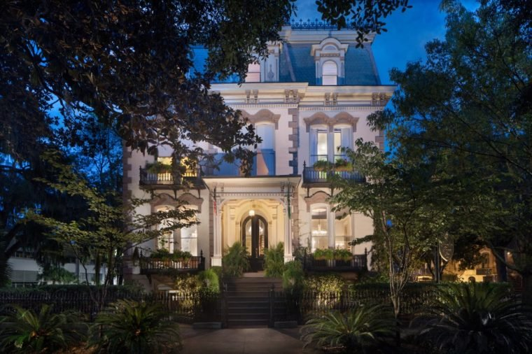11 Hotels That Serve Free Food All Day Savannah Hotels Savannah Historic District Hotels Savannah Historic District