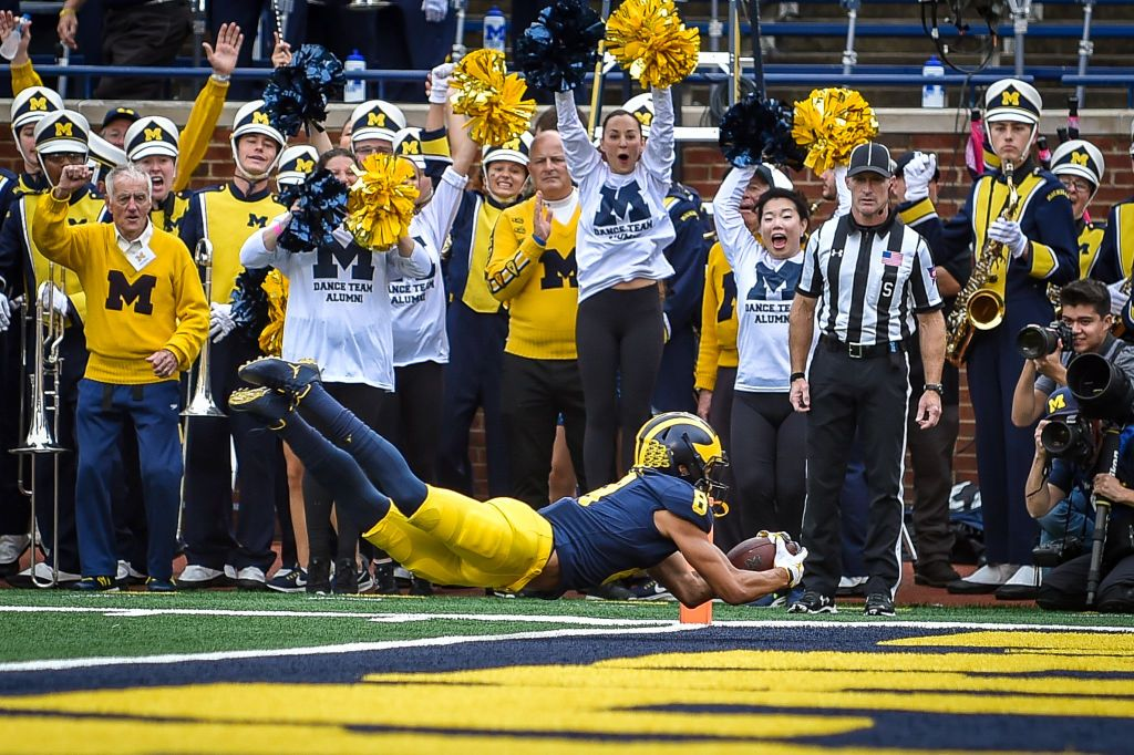 Michigan Wolverines wide receiver Ronnie Bell dives for a