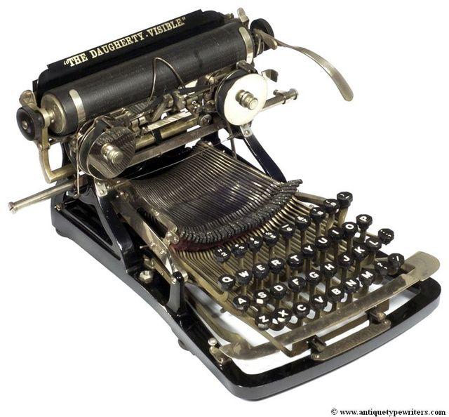 Daugherty (1893). Como la Ford, esta máquina permitía ver lo que escribíamos en ella. Fue superada por la mítica Underwood, que exhibía un diseño similar, peor funcionaba mejor.