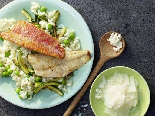 Meerbarbenfilets mit Erbsenrisotto - Der Duft von Risotto mit herzhaftem Parmesan und Erbsen liegt in der Luft. Richten Sie dazu ein zartes Meerbarbenfilet an.