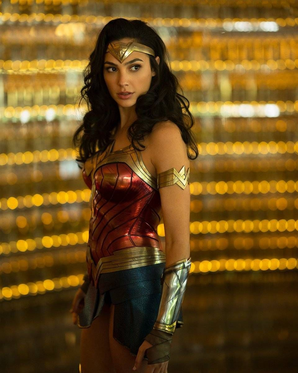 Wonder Woman 1984 First Look At Gal Gadot In Costume Gal Gadot Wonder Woman Wonder Woman Movie Wonder Woman