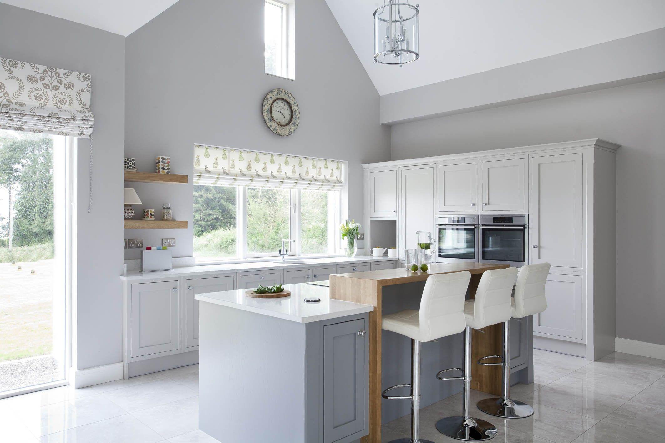 Wunderbare Graue Und Weiße Küche Mit Grauer Boden, Weiße Küche