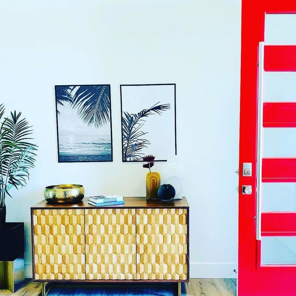 Do you love the simplicity of this entry way? Sometimes a little pop of color can add such an impact to the space  #entryway #entrywaydoor #mywestelm #entrywaytable #ourarticle #plantar #entrywaydecor #instadoor #posters #vasedecor #bookdecor #decorlovers #minimaldesign #simpledesign #minimalist #homesweethome #myhouse #welcome #welcomehome #makeanentrance #modern #housebeautiful #frontdoor #decorwithmd