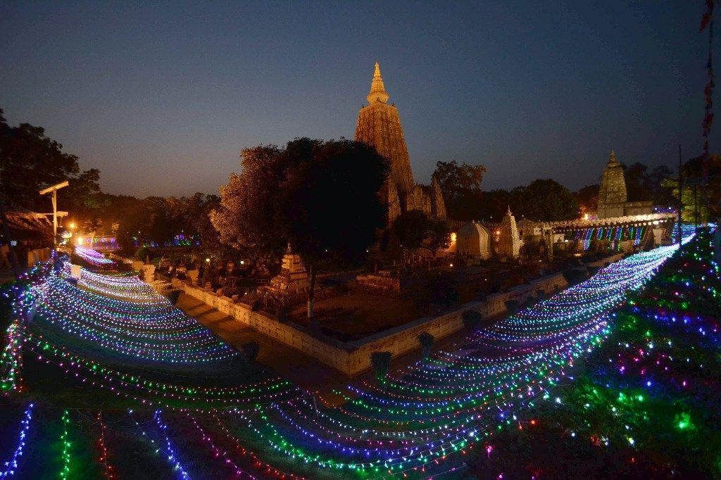 Le temple Mahabodhi classé au patrimoine mondial illuminé pour les 2558e célébrations de Bouddha Jayanti à Bodhgaya, en Inde le 12, 2014