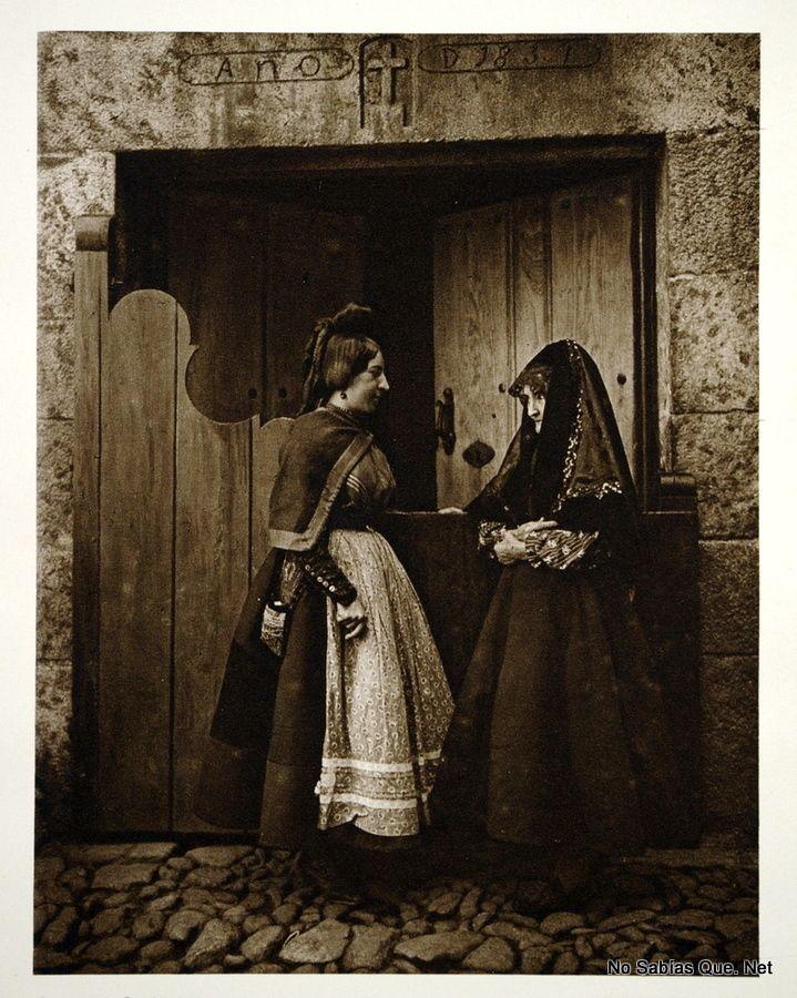 Foto antigua de mujeres de Candelario, Salamanca,  Spain