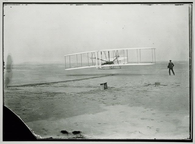 1903: Orville Wright pilots the Wright Flyer. This first flight lasted 12 seconds and covered 36 m.