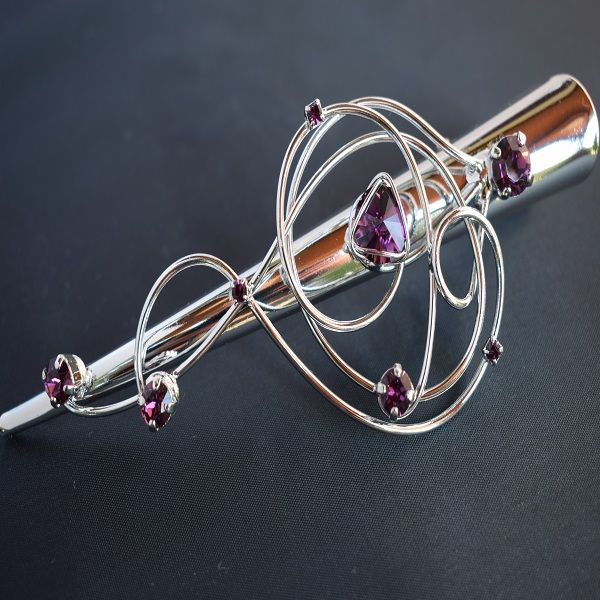 Ametistin sävyiset Swarovski kristallit koristavat kauniisti muotoiltua hiusklipsiä. https://asukorut.fi