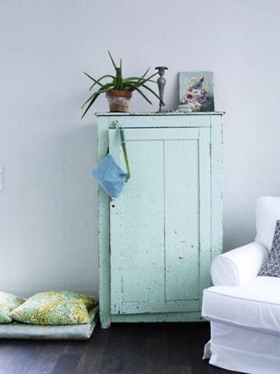 Salon Bleu Et Blanc Avec Petite Armoire Vert Jade Meubles Peint En Bleu Mobilier De Salon Peinture Vert D Eau