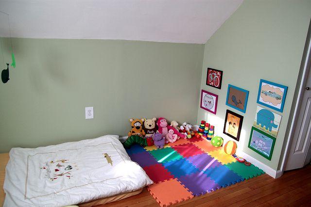 cama no chão e tapete estimulam a autonomia do bebê  ~ Quarto Montessoriano Tapete