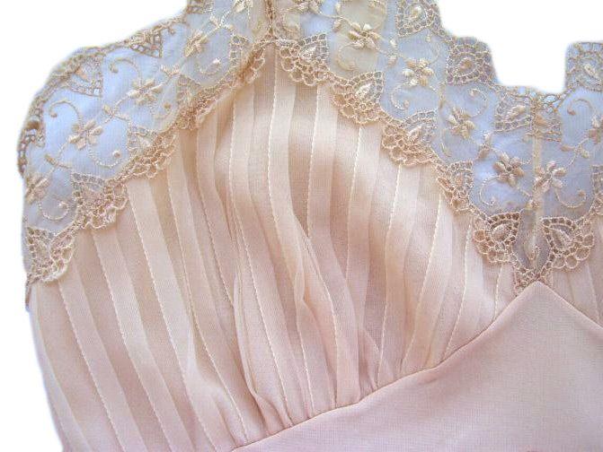 El descubrimento del nylon y su aplicación en la fabricación de medias y lencería femenina, marcaron un hito importante en la historia de la moda del siglo XX.