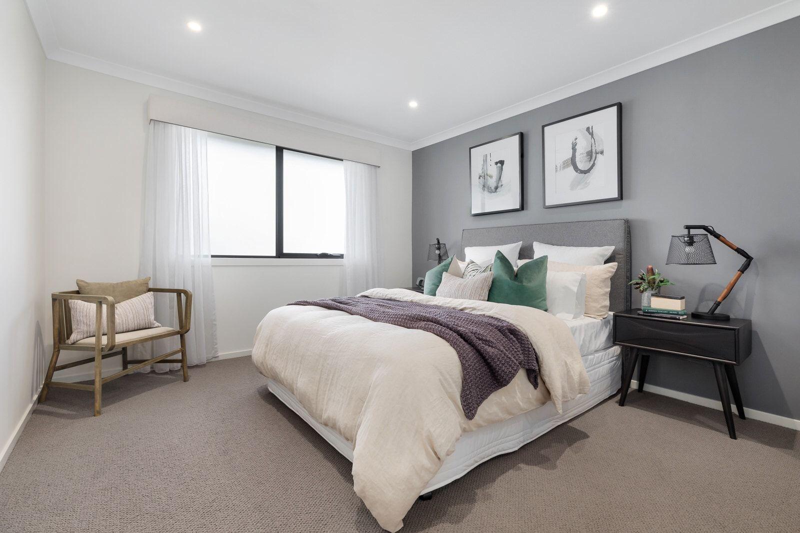 So Stylen Sie Ein Bett Mit Kissen Kissen Und Uberwurfen Bett Ein Kissen Mit Sie Stylen Uberwu In 2020 Feature Wall Bedroom Light Gray Bedroom Gray Bedroom Walls
